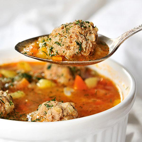 Rumänische Suppe mit Hackfleischbällchen